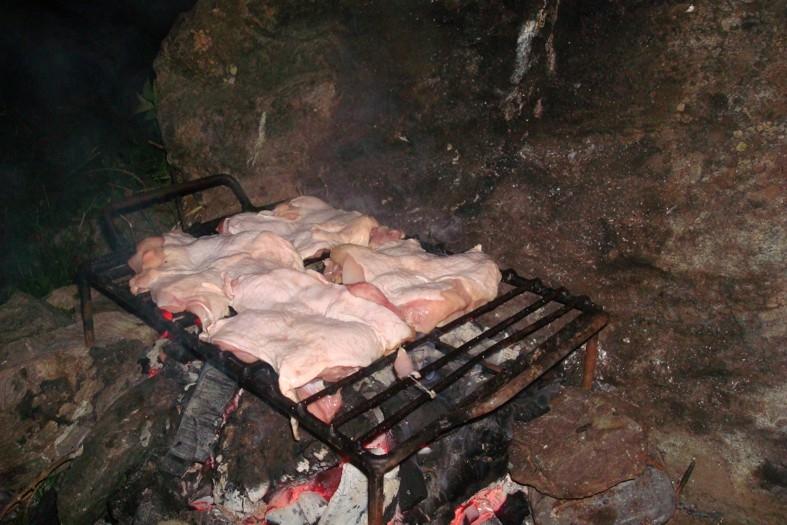 Nici nu-ți trece prin cap câți microbi sunt pe grătar! Învață să-l cureți corect înainte să frigi carnea!
