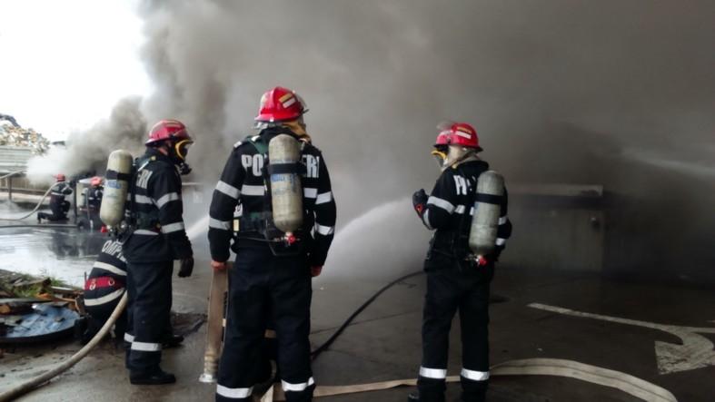 Incendiu la un depozit de produse petroliere