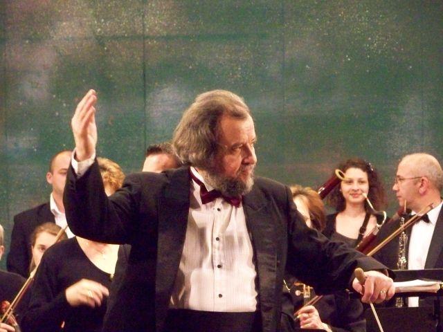 Maestrul Sabin Pautza îşi dirijează compoziţiile
