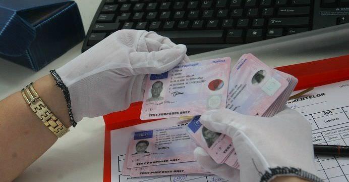 Cinci bănci încasează taxele de paşapoarte şi permise