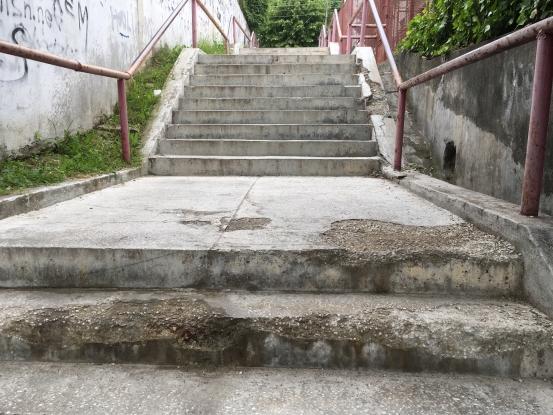 Au început să se strice iar scările de la Zinca Golescu