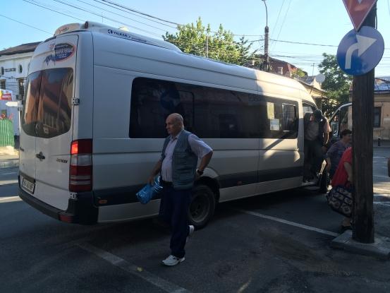 Şoferii de maxi-taxi îşi fac în continuare de cap în Piteşti