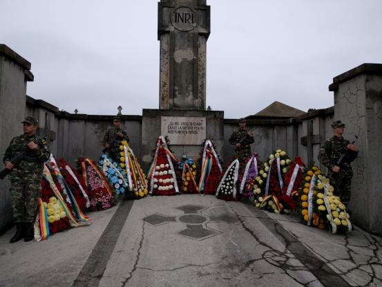 Depuneri de coroane şi paradă militară în Piteşti de Ziua Naţională