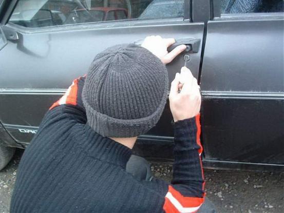 Argeş: Percheziţii la persoane bănuite de furturi de maşini
