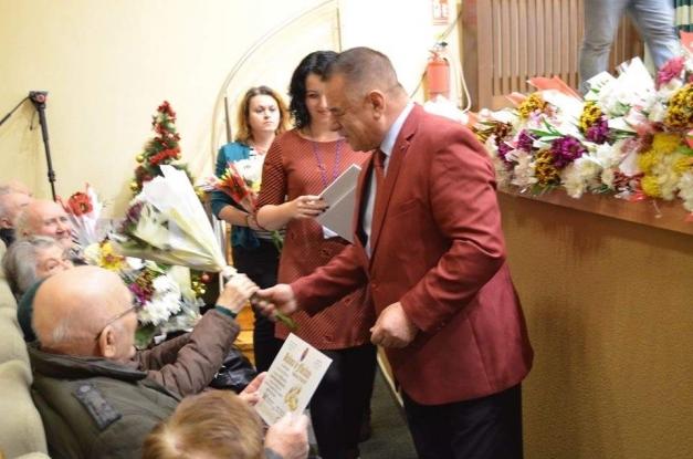 Noi cupluri din Piteşti, premiate pentru longevitate în căsnicie