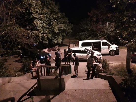 14 tineri, amendați într-un parc din Pitești