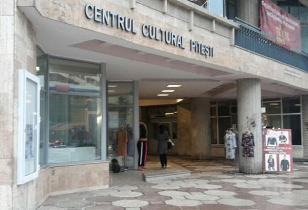 Târg de îmbrăcăminte și încălțăminte la Casa Cărții din Pitești