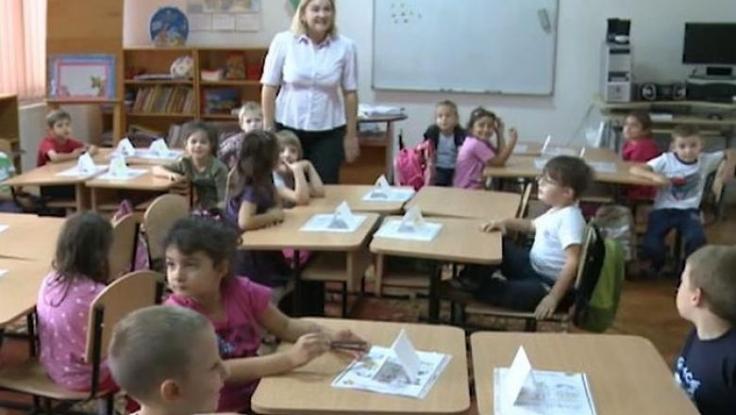 Părinții vor primi zile libere plătite să stea cu copiii pe perioada închiderii școlilor