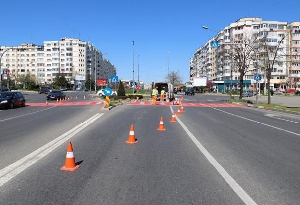 Se refac trecerile de pietoni din Pitești. Marcajele vor fi acum de culoare albă pe fundal roșu