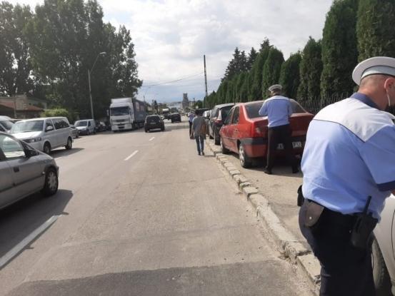 Șoferi amendați pentru că au parcat pe trotuar