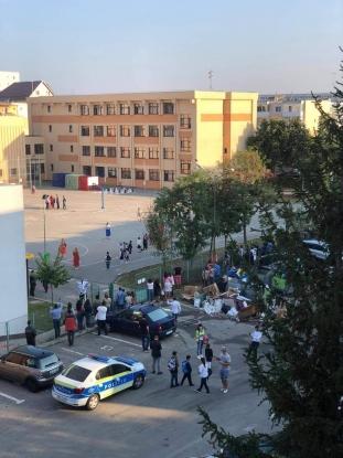 Elevii Școlii nr. 19 din Pitești întâmpinați cu munți de gunoaie în prima zi de școală