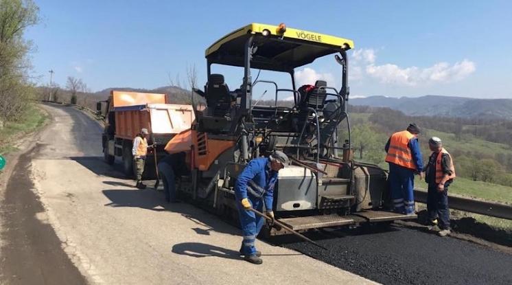 Încep lucrările de asfaltare pe DJ 735 Câmpulung - Albești - Cândești