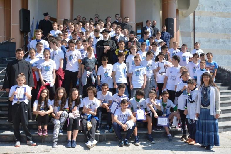 """Mioveni: Sute de elevi au alergat la crosul """"Campionii Bucuriei"""""""