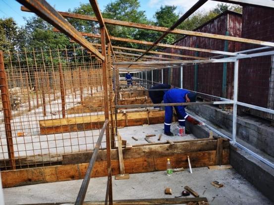 Continuă lucrarile de amenajare a noilor spații de la adăpostul de câini fără stăpân din Racovița