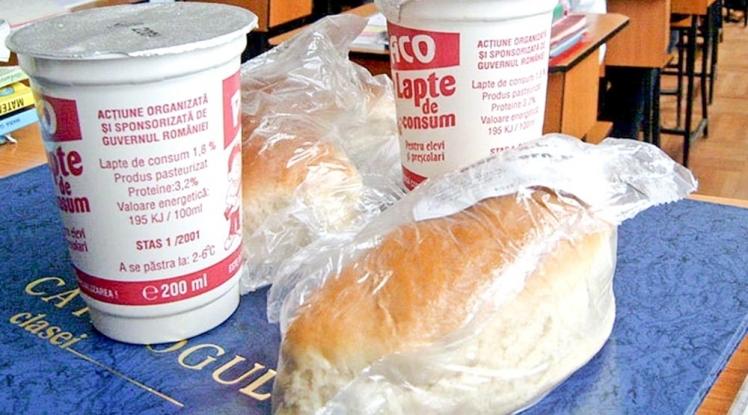 S-a reluat distribuția de lapte, corn și mere în școli!