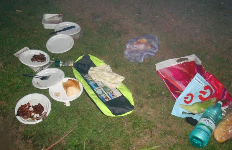 Cei care merg la picnic și fac mizerie riscă să primească amenzi de mii de lei