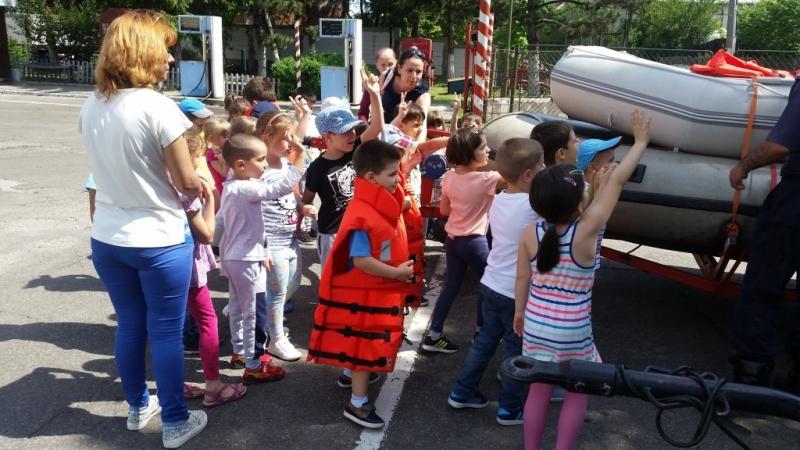 Copiii sărbătoriți de pompierii argeșeni
