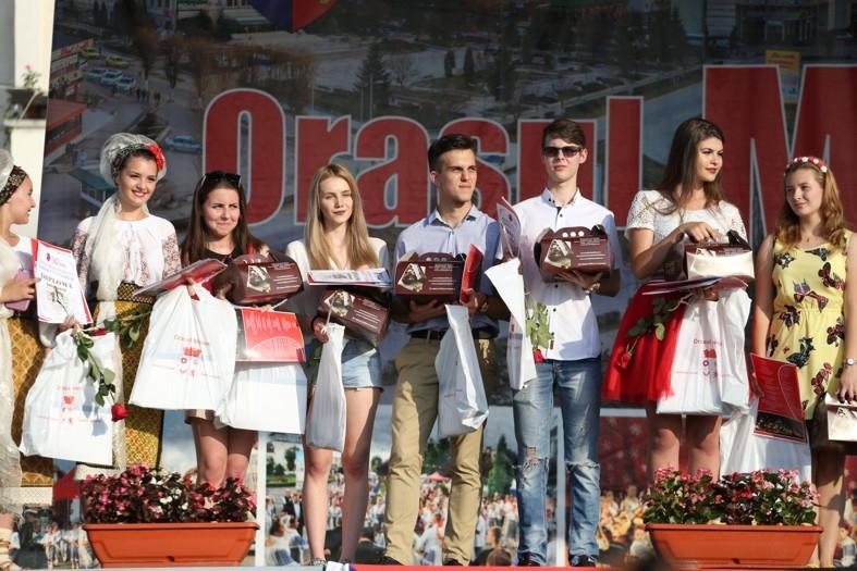 Tinerii din Mioveni, premiaţi la majorat