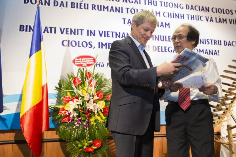 Dacian Cioloş va dubla numărul de burse acordate studenților vietnamezi