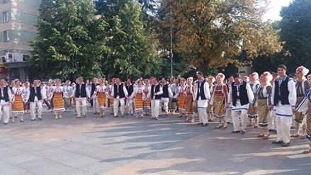 Spectacol de culoare şi ritm la Festivalul Carpaţi