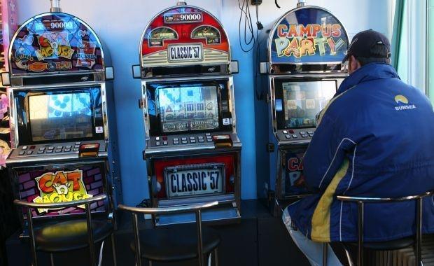Poliţiştii, în control la săli de jocuri de noroc