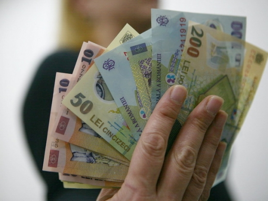 Banii, tot mai puţini