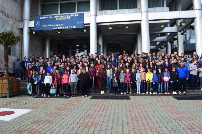 """Mioveni:Peste 500 de voluntari au participat la acţiunea""""Let's Do It România!"""""""
