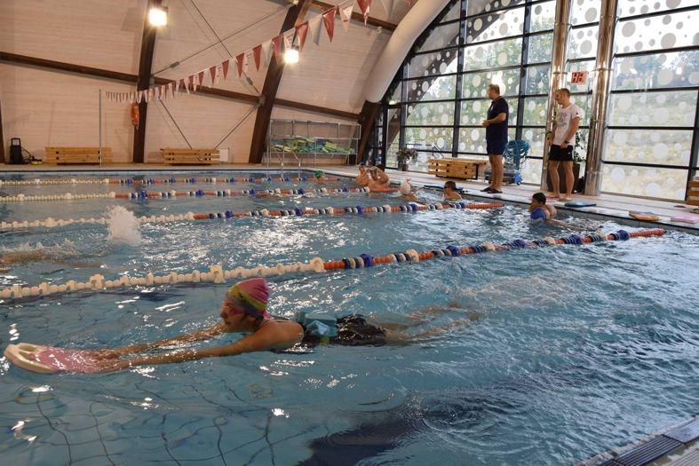 Gratis la înot pentru elevii din Mioveni