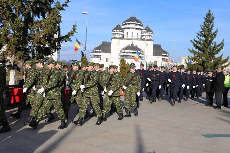 1 Decembrie - Ziua României, cu defilare şi depuneri de coroane, la Mioveni