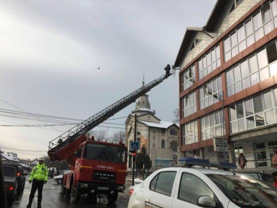 Pompierii dau jos ţurţurii jos gratis. Află cum se poate!