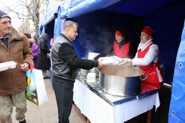 Ionică întrerupe tradiţia sarmalelor în Piaţa Primăriei