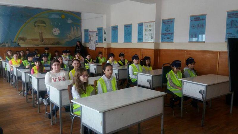 Polițiștii din Mioveni îi învață pe elevi despre siguranța rutieră