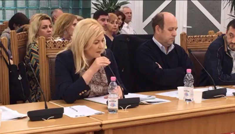 VIDEO: Contre dure între blonda de la Mioveni şi primar
