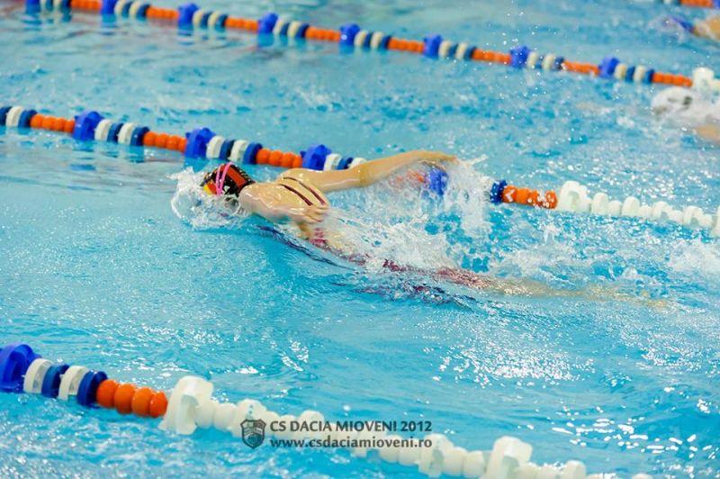 Înotătorii de la Mioveni, concurs la Bacău