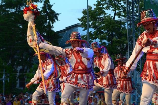 Spectacol de folclor în Piaţa Primăriei
