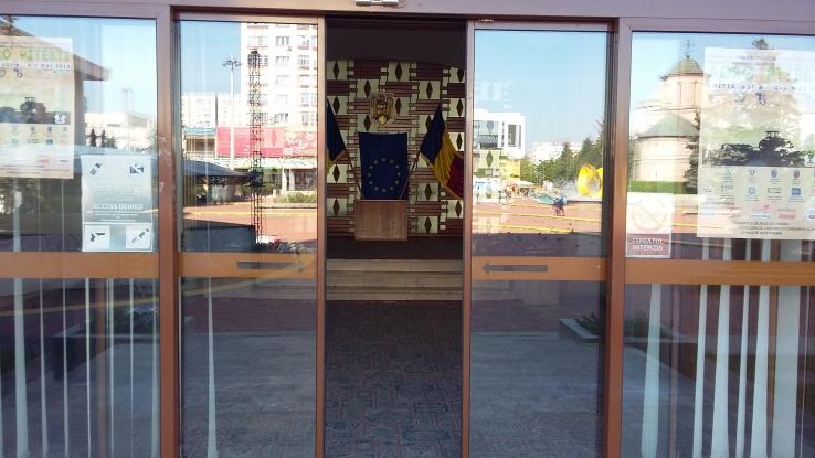 Uşi blocate la Prefectura Argeş