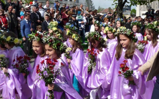 Peste 2.000 de copii la Parada Florilor