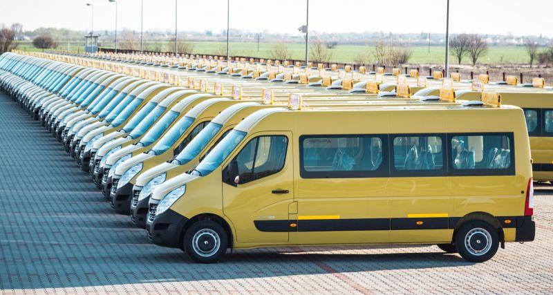 Renault a livrat o flotă de 95 de microbuze destinate transportului elevilor