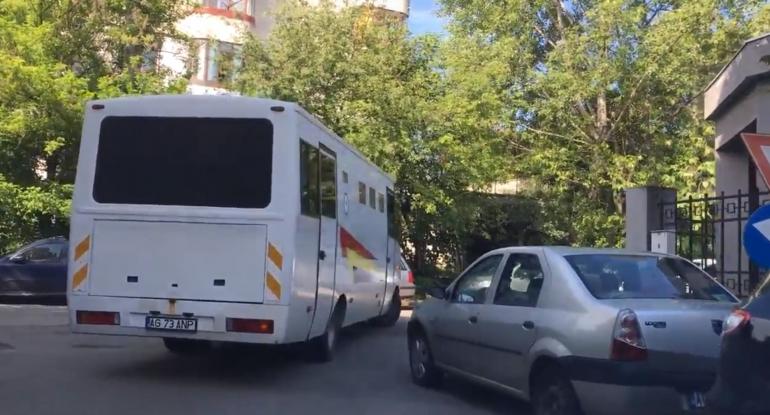 Angajaţii Penitenciarului Mioveni îşi fac de cap la Piteşti (VIDEO)