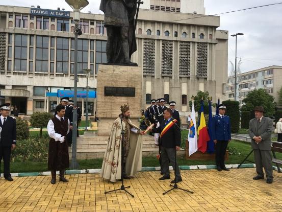 Evocare istorică la statuia lui Mircea cel Bătrân din Piteşti