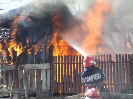 Mână criminală: incendiu la o hală de prelucrare a lemnului în Coşeşti