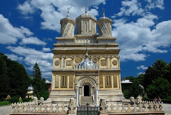 Peste 1.000 de oameni la mănăstirea Curtea de Argeş