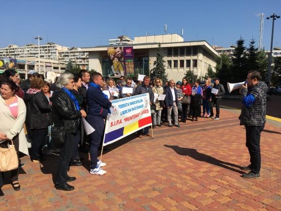 Profesorii din Argeş au protestat în faţa Prefecturii