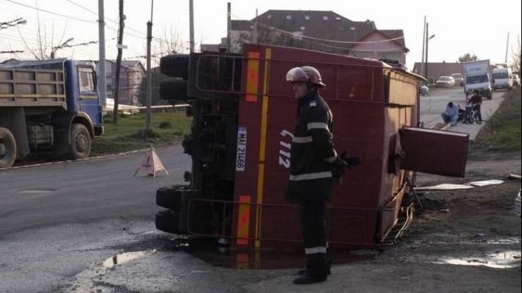 O maşină de pompieri s-a răsturnat azi în Piteşti