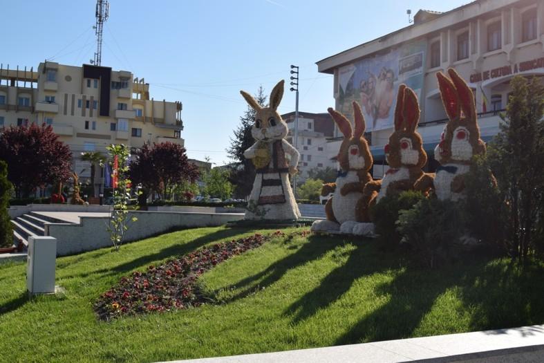 Centrul oraşului Mioveni, decorat cu iepuraşi, miei, pui şi ouă gigant