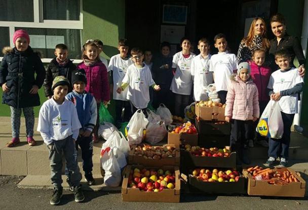 Elevii de la Şcoala 8 au donat fructe pentru Spitalul de Pediatrie