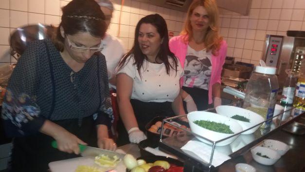Jurnaliştii au gătit pentru familii sărace!