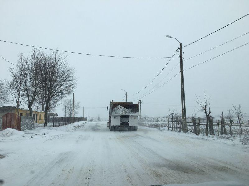Zăpadă viscolită în sudul Argeșului. Utilajele nu fac față