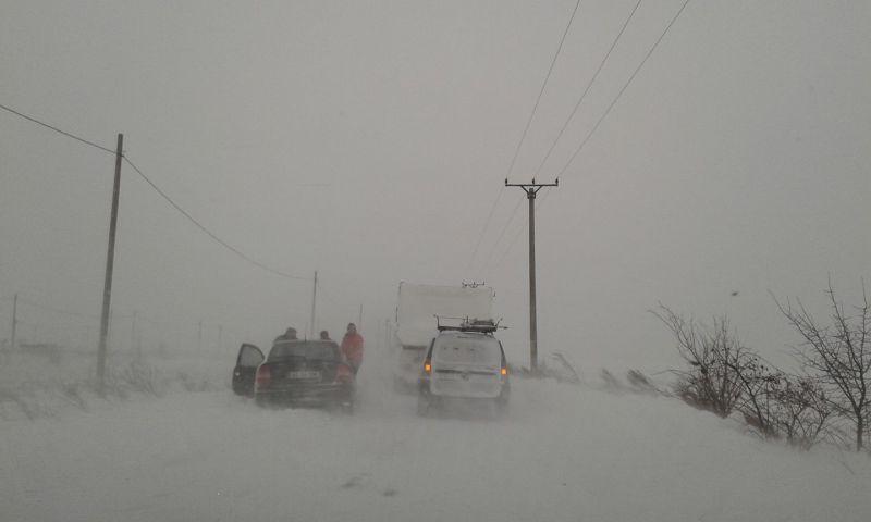 Iarna le face viața grea drumarilor