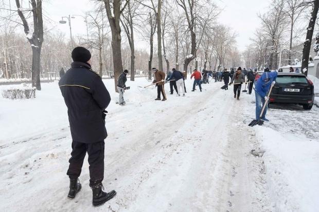 Amenzi pentru piteştenii care nu curăţă zăpada de pe trotuarele din faţa casei